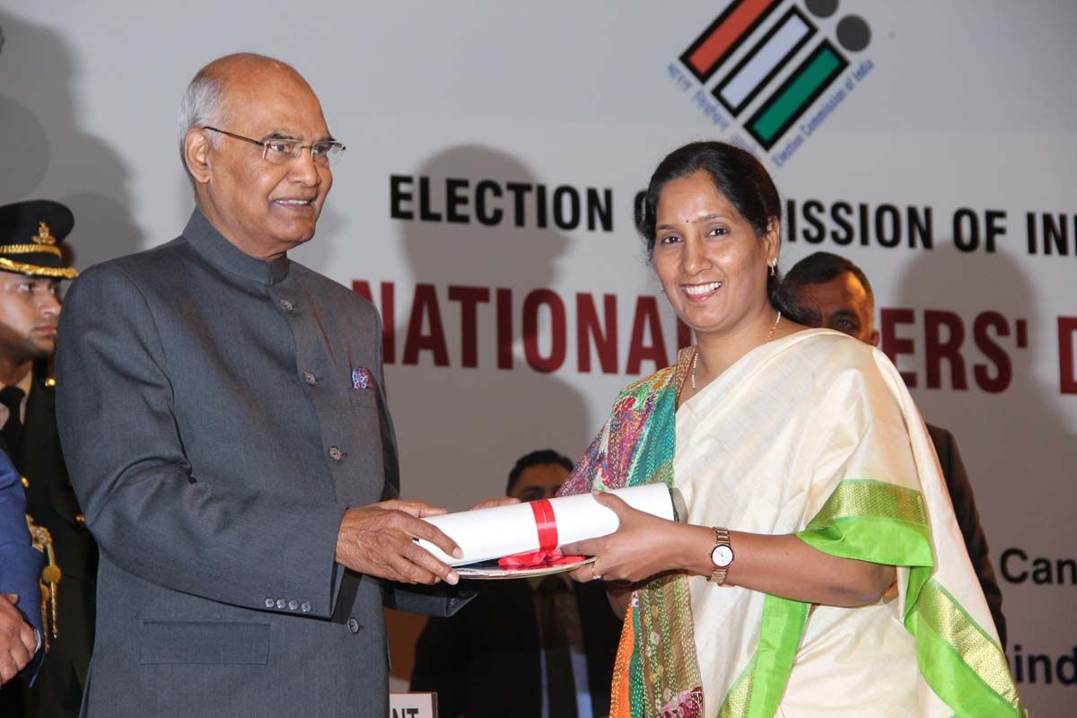 P. Bharathi, DEO, Vadodara, Gujarat receives the award