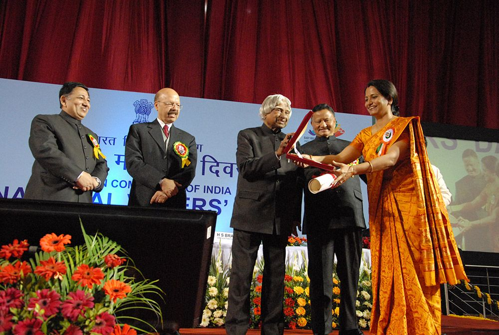 Dr.A.P.J.Abdul Kalam handing over Best Electoral Practices' National Award