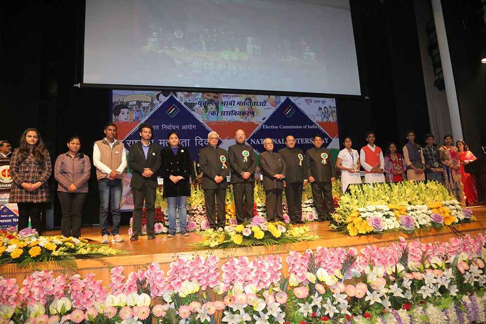 Group photo of Hon'ble President of India Shri. Pranab Mukherjee with the Commission