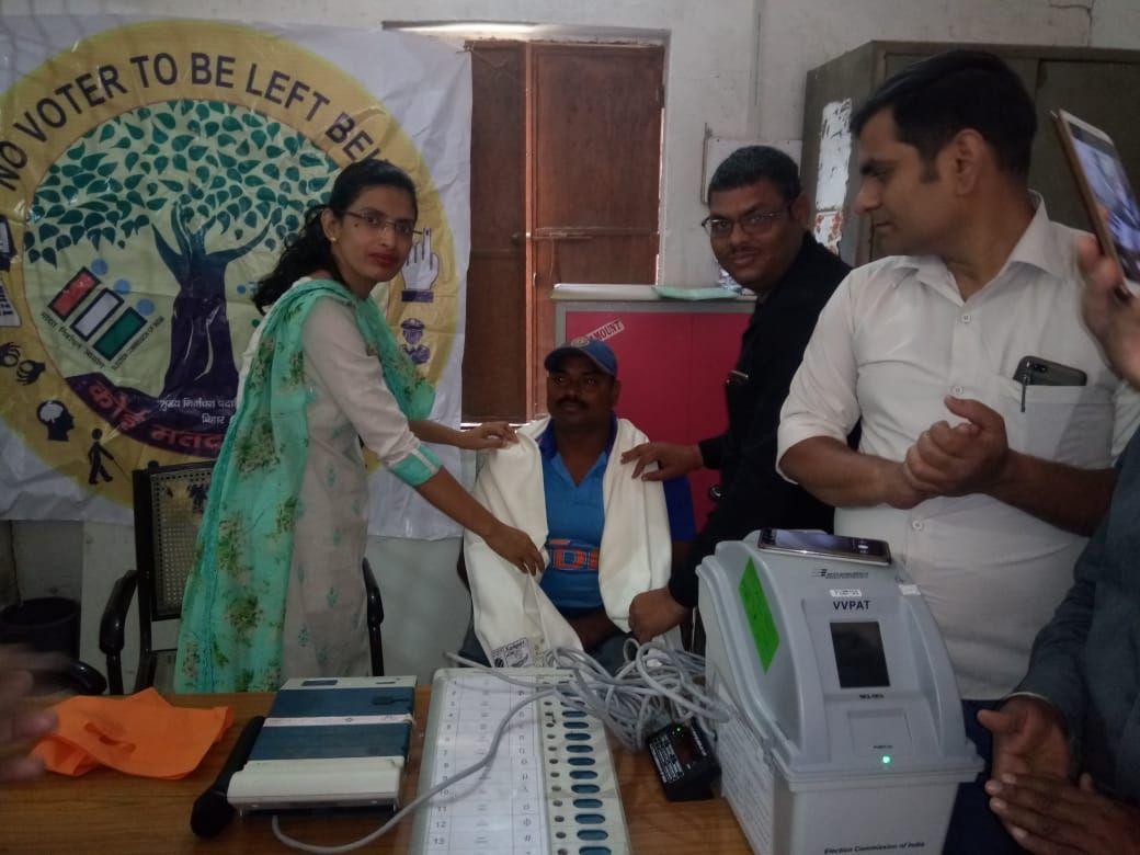 BDO Revilganj giveing honour to District icon Amit Kumar During Awareness of Sugamta Express Awareness Program