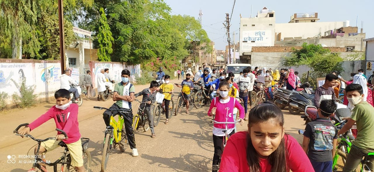 एकीकृत महिला एवं बाल विकास विभाग, अशोकनगर द्वारा शहर के विभिन्न वार्डों में से होते हुये बच्चों की साईकिल रैली निकली गयी तथा मतदाताओं को जागरूक किया गया-4.jpeg